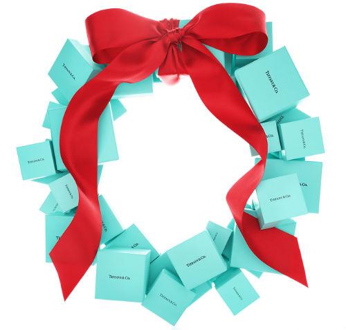 Iconica immagine natalizia - la ghirlanda fatta di confezioni Tiffany - pubblicata sulla pagina Facebook del marchio simbolo della gioielleria americana